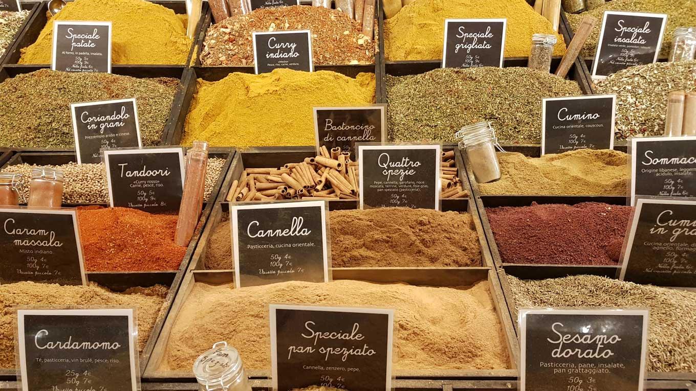 Curry und andere Gewürze auf einem italienischen Marktstand